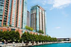 De grote bouw op een straat van Chicago de stad in Stock Afbeelding