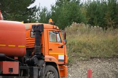 De grote brandstofvrachtwagen gaat op de weg van het land stock afbeeldingen