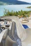 De grote buizen van het waterpark en een zwembad Stock Afbeelding
