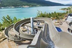 De grote buizen van het waterpark en een zwembad Royalty-vrije Stock Foto's