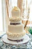 De grote cake op twee niveaus van het verjaardagshuwelijk stock foto's