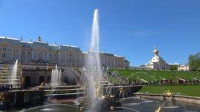 De grote cascade op zonnig kan dag Peterhof stock videobeelden