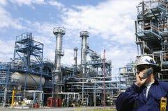 De grote chemische industrie met arbeiders Stock Afbeelding