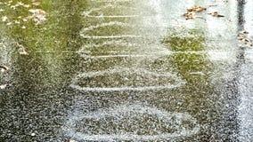 De grote cirkels, ovalen met regelmatige intervallen hebben zich tijdens zware regenval op een weg gevormd royalty-vrije stock fotografie