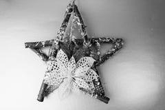 De grote decoratieve mooie houten Kerstmisster, een zelf-gemaakte komstkroon van spar vertakt zich en plakt op het feestelijke Ni royalty-vrije stock afbeelding