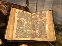 De Grote die Bijbel door Muilezels Coverdale wordt gedrukt Stock Afbeeldingen