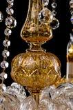 De grote die kroonluchter van het kristalclose-up met kaarsen op zwarte achtergrond worden geïsoleerd Stock Afbeeldingen