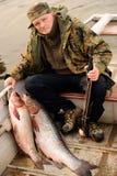 De grote die vissen in de rivier worden gevangen trekken in de schilderachtige plaats van de reserve aan Stock Foto's