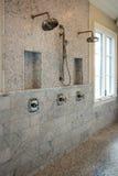 De grote douches van de huis binnenlandse badkamers stock afbeeldingen
