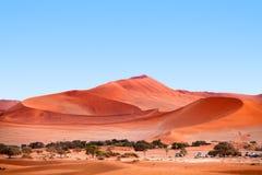 De grote duinen onder de blauwe duidelijke hemel in Namib verlaten Naukluft-Park dichtbij Deadvlei, Namibië, Zuid-Afrika stock foto's