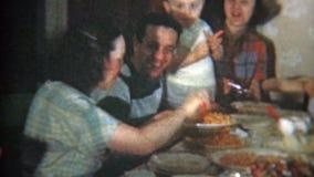 1951: De grote familie bij overvolle dinerlijst eet Italiaans voedsel NEWARK, NEW JERSEY stock video