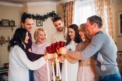 De grote familie viert Kerstmis en het drinken champagne Stock Afbeeldingen