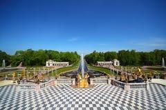 De grote Fonteinen van de Cascade bij de tuin van het Paleis Peterhof Stock Foto's