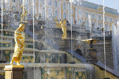 De grote Fonteinen van de Cascade bij Peterhof Paleis, St Petersburg Royalty-vrije Stock Afbeelding