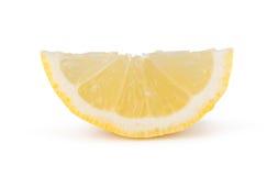 De grote gele citroen ligt op een blauwe plaat op een gele achtergrond Stock Foto's