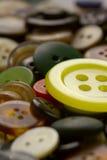 De grote gele plastic knoop. stock foto's