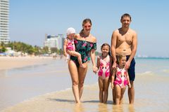 De grote gelukkige familie heeft pret bij strand concept een grote familie op zee De manier van het strand royalty-vrije stock foto's