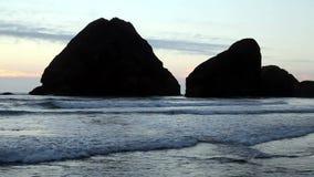 De grote Gesilhouetteerde Rotsen matigen voor de kust Golven stock videobeelden