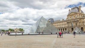 De grote glaspiramide en de belangrijkste binnenplaats van het Louvremuseum timelapse hyperlapse Parijs, Frankrijk stock video