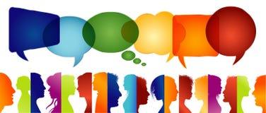 De grote groep mensen isoleerde profiel gekleurd silhouet De Bel van de toespraak Menigte het spreken Communiceer in sociale medi vector illustratie