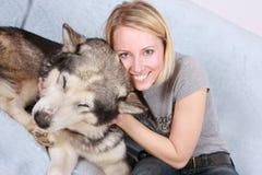 De grote hond en de vrouw Royalty-vrije Stock Foto's