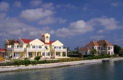 De grote Huizen van de Waterkant op Grote Kaaiman Royalty-vrije Stock Afbeeldingen