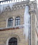 De grote ijskegels onder een huisdak Stock Fotografie