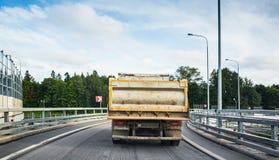 De grote industriële kippersvrachtwagen gaat op asfaltweg Royalty-vrije Stock Foto