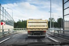 De grote industriële kippersvrachtwagen gaat op asfaltweg Stock Fotografie