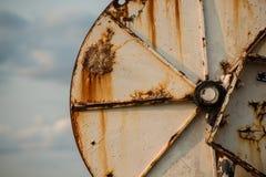 De grote installatie van het staal roestende die wiel wordt gebruikt om in de visnetten o te vervoeren Stock Fotografie