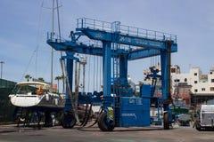 De grote jachthavenkraan in de bootwerf bij Los Cristianos veerbootterminal en jachthaven op het Eiland Tenerife in de Canarische Stock Foto's