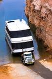 De grote klassieke semi vrachtwagen neemt de bodboot van meer Royalty-vrije Stock Afbeelding