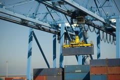 de grote kraan beweegt metaalcontainer Stock Foto's