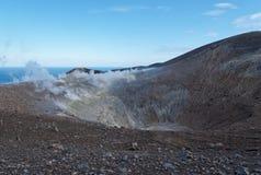 De grote krater (van Fossa) van eiland Vulcano dichtbij Sicilië Stock Foto