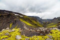De grote lange heuvel met beklimt op toeristen in IJsland royalty-vrije stock afbeeldingen