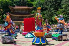 De Grote Leraar Hall Daejosajeon van Koreaanse Boeddhistische Tempel Guinsa met vele Cijfers voor festival om Buddhas-verjaardag  stock afbeeldingen