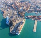 De grote lijnboten worden vastgelegd in de zeehaven van Livorno, Italië royalty-vrije stock afbeelding