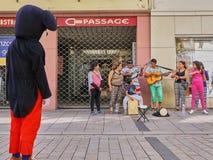 De grote Menselijke Muis die op Muzikale Familie letten presteert op Straat stock afbeeldingen
