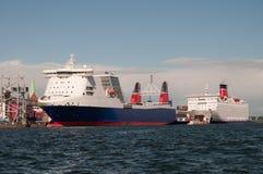 De grote moderne schepen in haven Stock Afbeeldingen