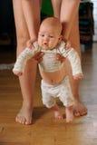 De grote moeder van ervaren moeder helpt de baby Stock Afbeeldingen