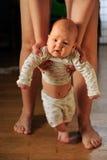 De grote moeder van ervaren moeder helpt de baby aan Stock Afbeeldingen