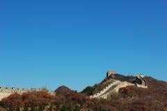 de grote muur onder de blauwe hemel Royalty-vrije Stock Foto's