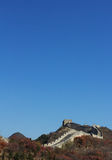 de grote muur onder de blauwe hemel Stock Foto
