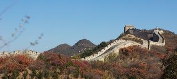 de grote muur onder de blauwe hemel Royalty-vrije Stock Fotografie