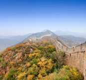 De grote muur van China bij de herfst royalty-vrije stock afbeeldingen