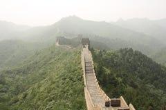 De grote Muur van China in een nevel stock afbeelding