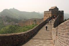 De grote Muur van China met toeristen Stock Afbeelding