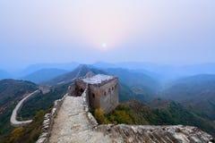 De grote muur in zonsopgang stock foto's