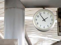 De grote muurklok in de metro voor passagier het bekijken de tijd klok van de metro platformThe de grote muur in de metro voor pa royalty-vrije stock foto's