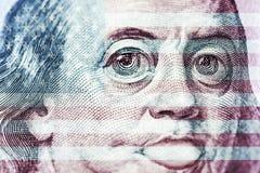 De grote ogen van Benjamin Franklin met honderd dollars factureren, een symbool van inflatie, appreciatie, devaluatie, close-up royalty-vrije illustratie